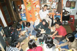 Komunitas Aleut dan makan bersama di piring masing - masing
